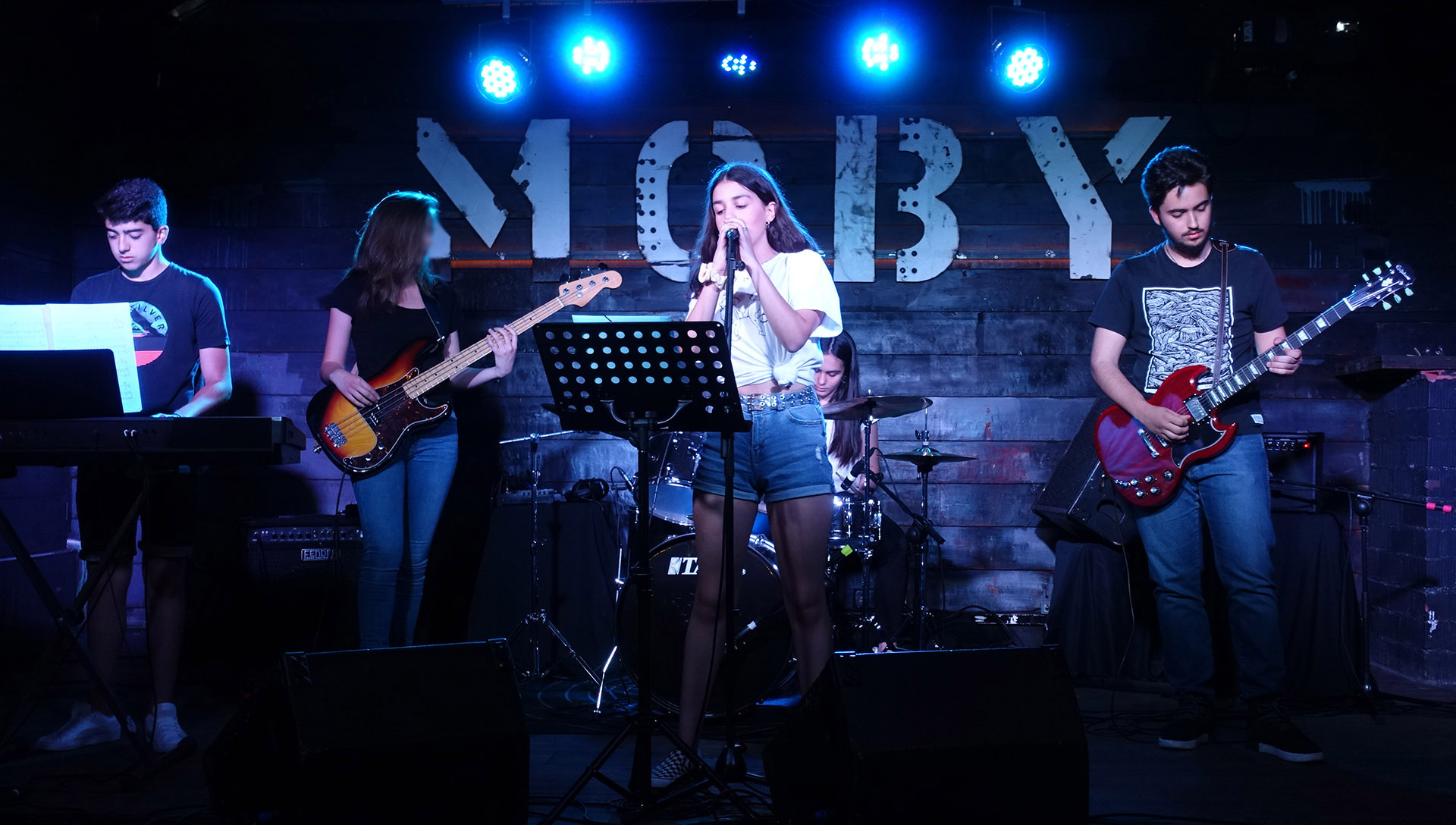grupo de pop-rock tocando en sala moby dick