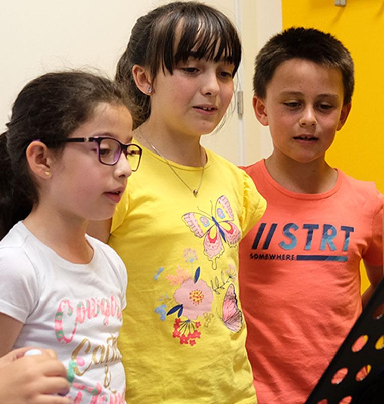 niños cantando en coro