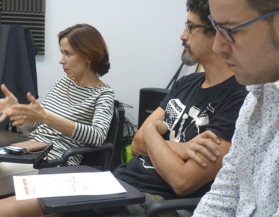 equipo de profesores reunidos en aula