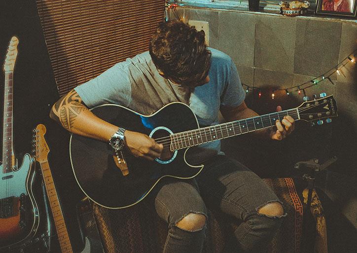 chico tocando guitarra