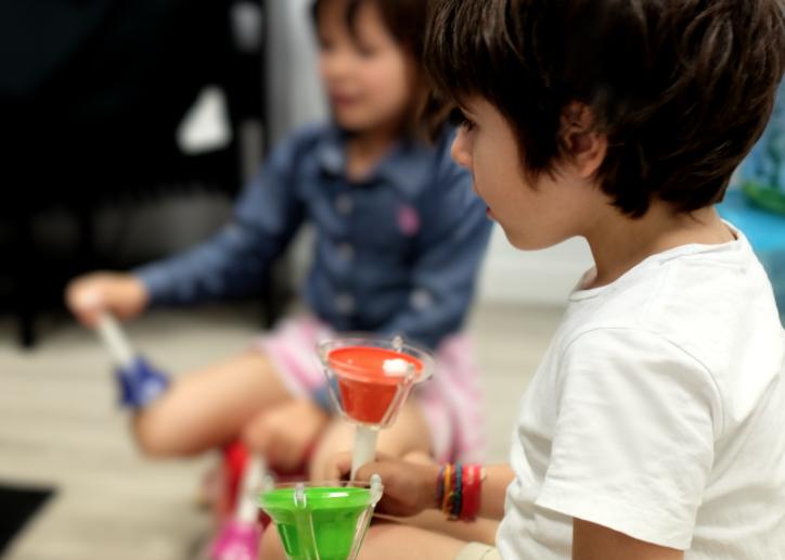 niños de 4 años sentados en aula con instrumentos de percusión en las manos